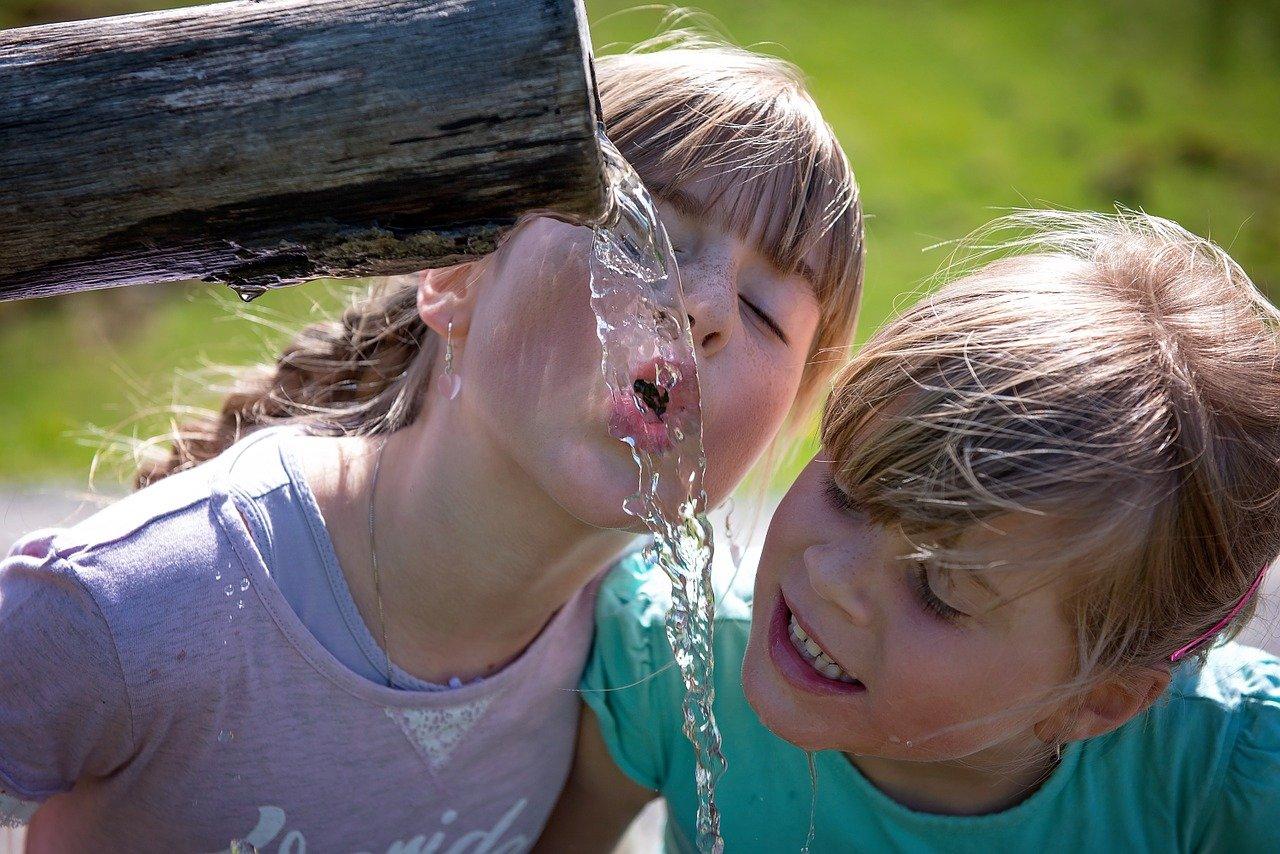 enfant buvant de l'eau